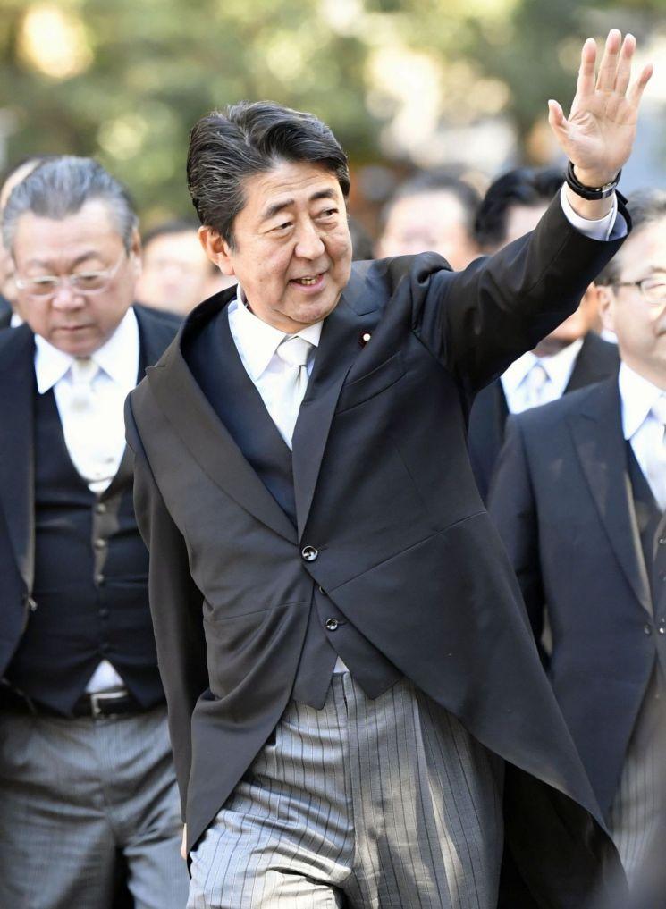 새해 첫 업무일인 4일 이세신궁 참배에 나선 일본의 아베 신조 총리 [이미지출처=로이터연합뉴스]