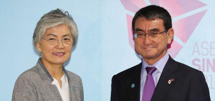 지난 8월 2일 싱가포르에서 열린 양자회담에서 강경화 장관과 고노 다로 외무상의 모습. [이미지출처=연합뉴스]
