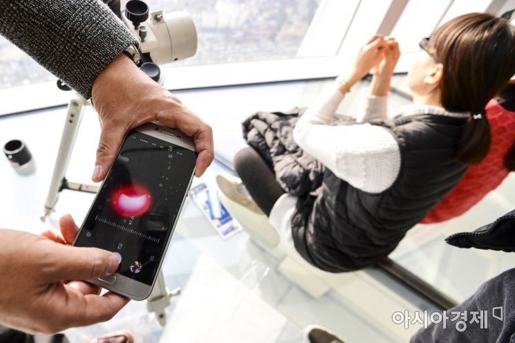 [포토] 휴대전화에 담는 '부분일식'