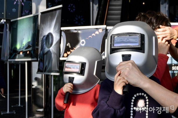 [포토] 우주쇼에 빠진 어린이들