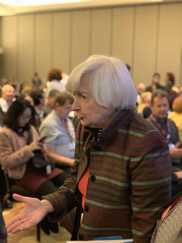 5일(현지시간) 미국 애틀랜타에서 열린 전미경제학회(AEA)에서 여성 관련 세션에 참가한 후 참석자와 대화를 나누는 재닛 옐런 전 연방준비제도(Fed) 의장