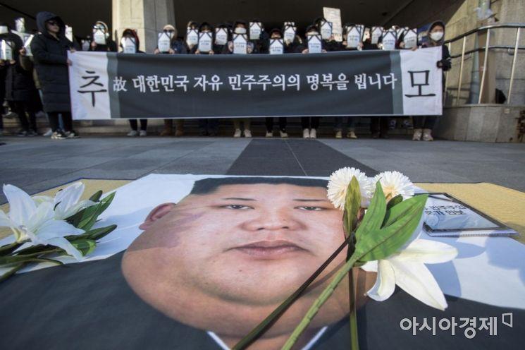 [포토]김정은 위원장 얼굴 위에 놓인 국화