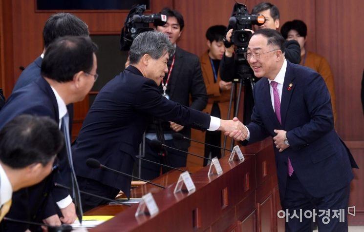 [포토] 윤종원 경제수석과 악수하는 홍남기 부총리
