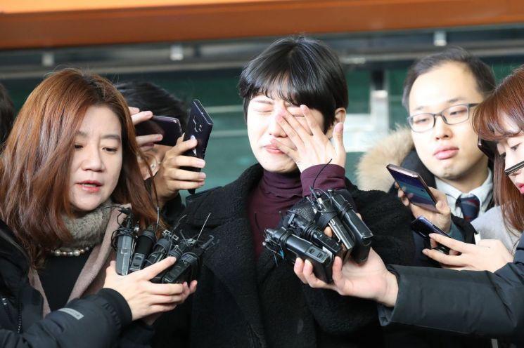 '비공개 촬영회'를 폭로한 유튜버 양예원이 구속기소된 촬영자 모집책 최모씨(46)의 선고공판이 열린 9일 오전 서울 마포구 서부지법을 나오며 취재진의 질문을 받고 있다. (사진=연합뉴스)
