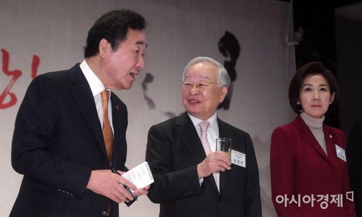[포토] 대화하는 이낙연 총리와 손경식 회장