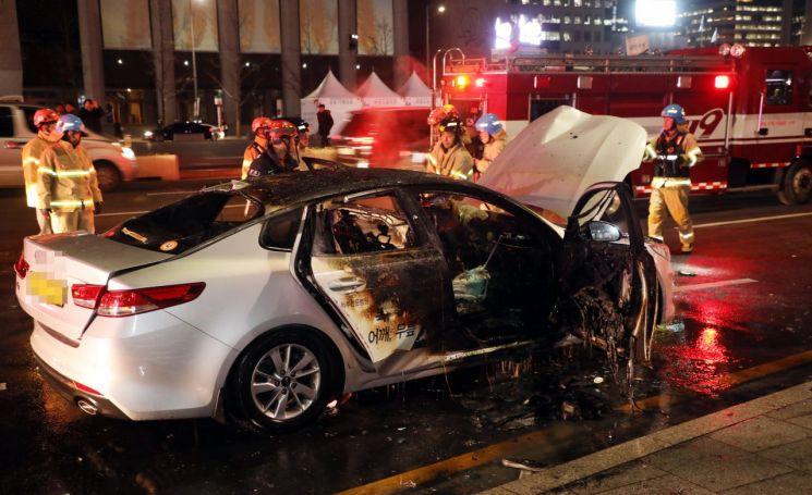 9일 오후 6시께 서울 광화문역 인근에서 택시기사 임모씨가 자신이 몰던 택시에서 분신했다. 임씨는 '카풀 반대' 취지의 유서를 남긴 것으로 전해지며, 치료중 10일 오전 끝내 사망했다. (사진=연합뉴스)