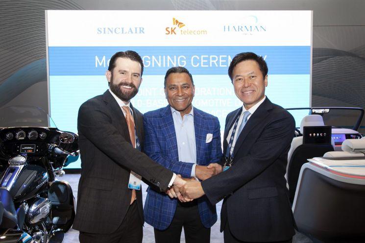 K텔레콤은 하만, 싱클레어와 세계 최대 IT·가전 전시회 'CES 2019'가 열린 미국 라스베이거스에서 '북미 방송망 기반의 전장용 기술 개발 및 사업화를 위한 양해각서(MOU)'를 체결했다. 사진은 체결식에 참석한 SK텔레콤 박정호 사장(오른쪽), 하만 디네시 팔리월(Dinesh Paliwal) CEO(가운데), 싱클레어 방송 그룹 크리스토퍼 리플리(Christopher S.Ripley) CEO(왼쪽)의 모습