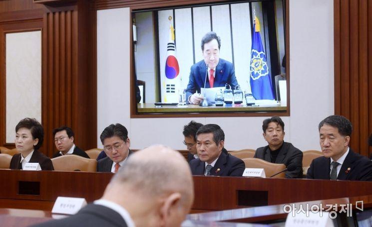 [포토] 총리 모두발언 듣는 정경두 국방장관