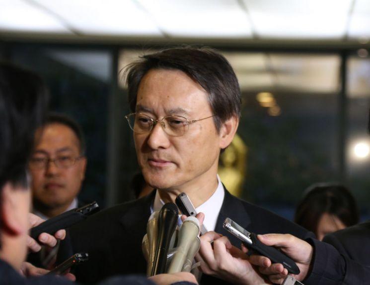 이수훈 주일 한국대사가 한국 법원이 신일철주금에 대한 자산압류를 승인한 것과 관련해 9일 일본 정부의 초치를 받고 외무성에 들어와 기자들의 질문에 답하고 있다. [이미지출처=연합뉴스]