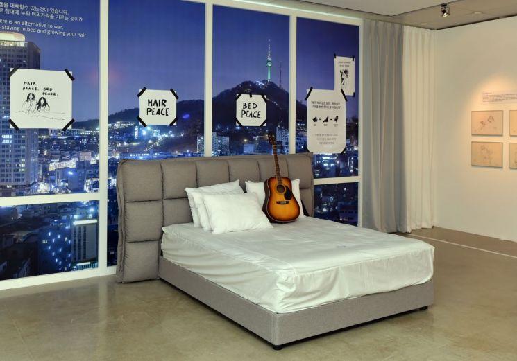 시몬스 침대 '이매진 존 레논' 전시회