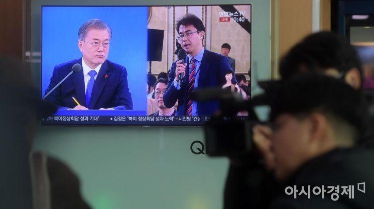 [포토]문 대통령 신년 기자회견 보는 시민들