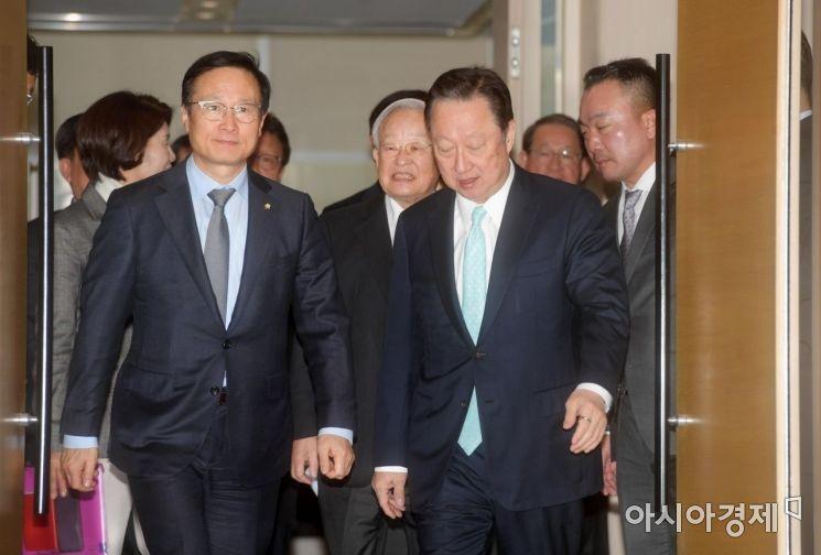 [포토]함께 걷는 박용만·홍영표