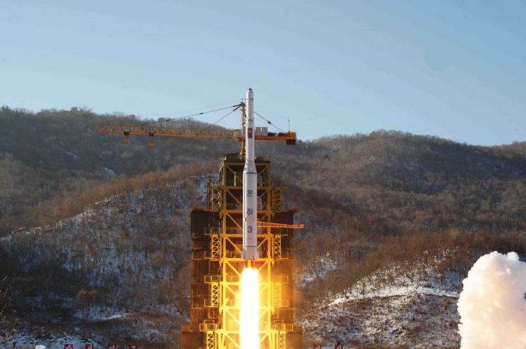 2012년 12월 조선중앙통신이 보도한 동창리 '서해위성발사장'에서의 장거리 로켓 '은하 3호' 발사 모습. (사진=연합뉴스)