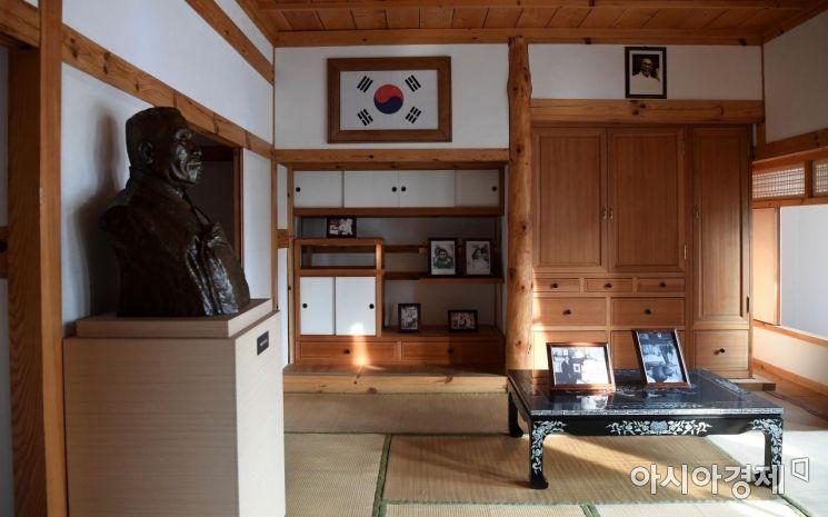 2층 거실 겸 집무실. 김구 주석이 평상시 공무를 보거나 접견 장소로 사용하던 곳.