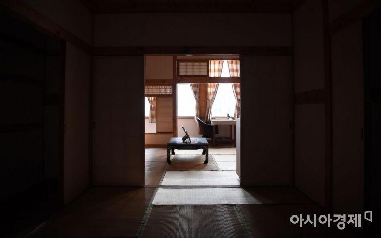 2층 김구의 침실에서 바라본 거실(집무실).