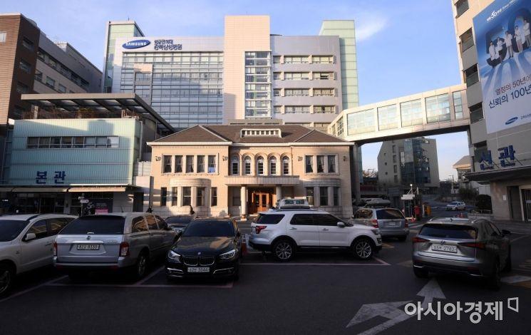 서울 종로구 평동 강북삼성병원 내 경교장. 이 건물은 1938년 지어졌다. 김구 서거 뒤엔 주한 대만대사관저 등으로 사용되다가 1967년 고려병원(현 강북삼성병원)이 매입해 병원 건물로 사용했다. 그러다 보니 내부 구조가 많이 바뀌었고 1990년대 들어 복원 필요성이 제기되었다. 하지만 복원은 쉽지 않았다. 그러던 중 2005년 2층의 옛 김구 집무실을 먼저 복원했다. 그 무렵 이곳은 의사들의 휴게실이었다. 이후 경교장 전체를 복원해야 한다는 여론이 일었고, 2010년 강북삼성병원은 복원을 위해 건물을 서울시에 기증했다. 전면 복원은 2013년 마무리되었다.