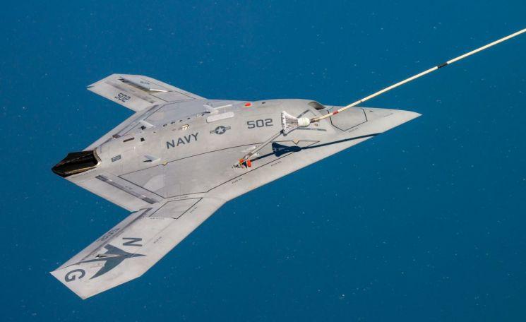 공중급유를 받고 있는 미국의 항공모함용 무인전투기 'X-47B'(사진=미 해군).