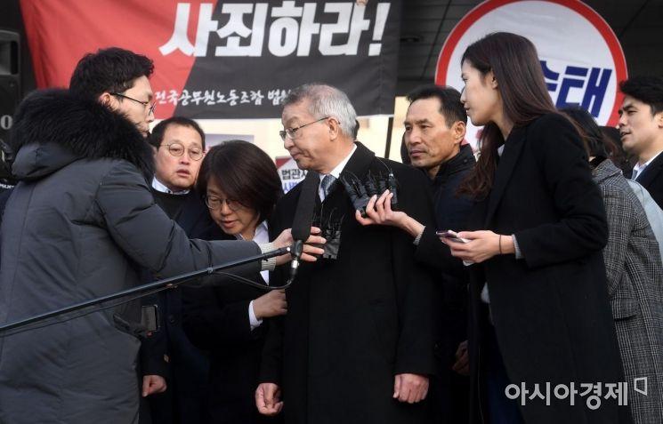 '사법농단' 사건과 직간접적으로 연루된 혐의를 받고 있는 양승태 전 대법원장이 피의자 신분으로 검찰에 출석한 11일 서울 서초구 대법원 정문 앞에서 입장을 표명한 뒤 검찰청으로 향하고 있다./김현민 기자 kimhyun81@