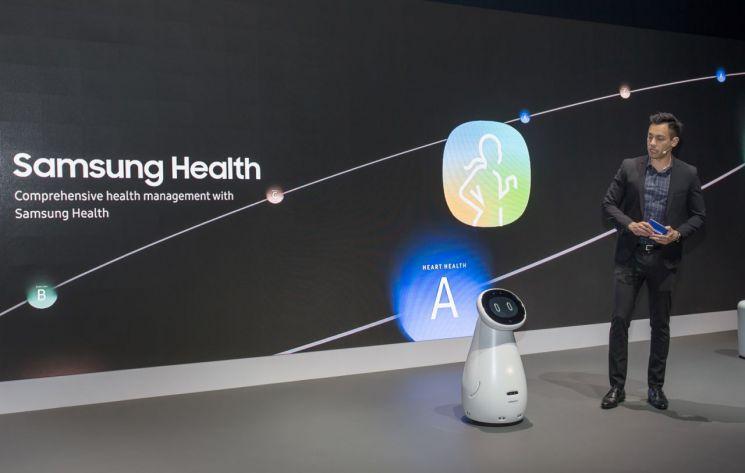 삼성전자가 미국 라스베이거스에서 열린 세계 최대 전자 전시회 CES2019에서 '삼성봇 케어' 시연을 하고 있다. '삼성봇 케어'는 실버 세대의 건강과 생활 전반을 종합적으로 관리해준다. 사용자의 혈압·심박·호흡·수면 상태를 측정하는 등 건강 상태를 지속적으로 확인하고, 복약 시간과 방법에 맞춰 약을 먹었는지도 관리해 준다.(사진=삼성전자)