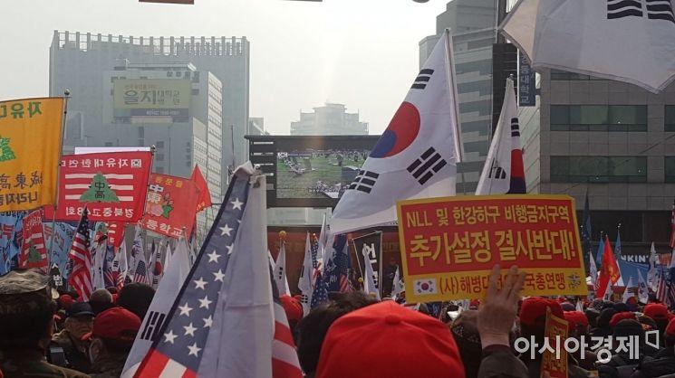 12일 서울 중구 대한문 앞에서 해병대 예비역들이 해병대총궐기를 열고 NLL 및 한강하구 비행금지구역 추가설정을 반대하고 있다.