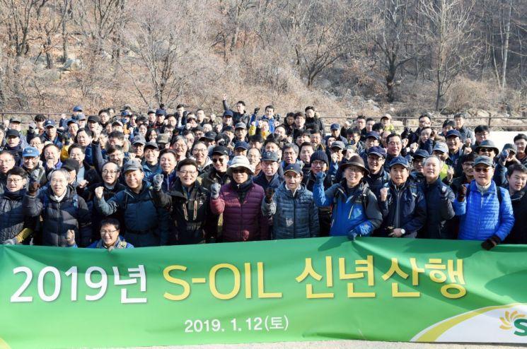 ▲ 오스만 알 감디 에쓰오일 CEO(앞줄 오른쪽 6번째)가 12일 임직원 200여명과 함께 서울 강북구에 위치한 우이령길을 산행한 뒤 기념사진을 찍고 있다.