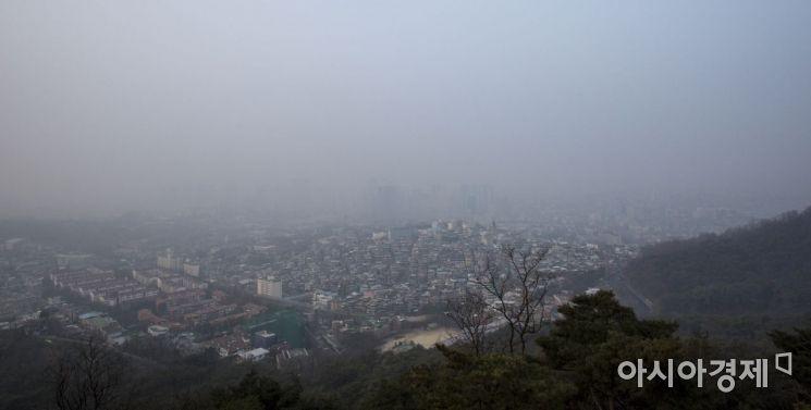 수도권 대부분 지역에 미세먼지 비상 저감조치가 내려진 14일 서울 중구 남산에서 바라본 도심이 미세먼지에 싸여 있다./강진형 기자aymsdream@