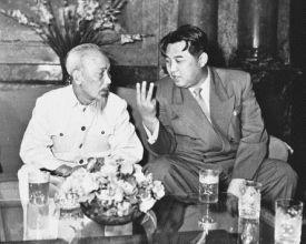 김일성 북한 주석이 1958년 베트남을 방문해 호찌민 전 베트남 주석과 대화하고 있다.