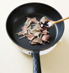 3. 팬을 달구어 식용유를 두르고 쇠고기와 양파를 넣어 센 불에서 2분 정도 볶는다. 굴소스를 넣어 1분 정도 볶는다.