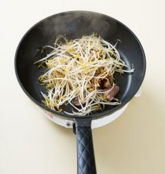 4. 숙주를 넣어 3분 정도 아삭하게 볶은 다음 소금과 후춧가루로 간을 맞추고 실파를 뿌린다.