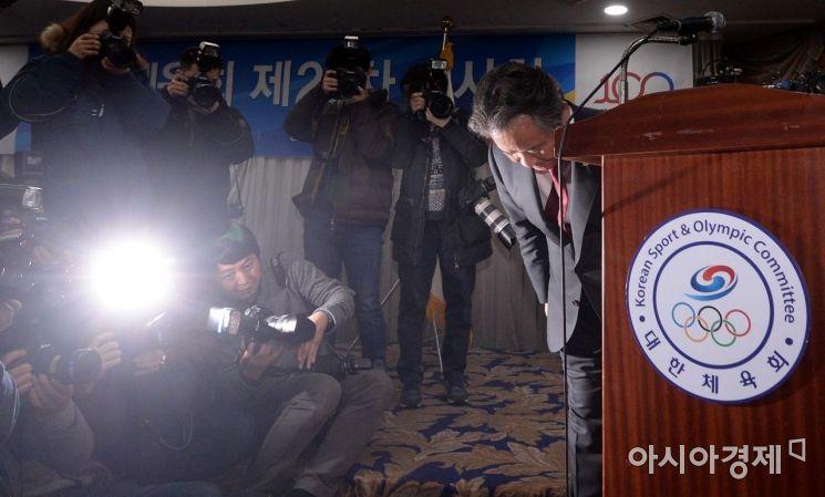 이기흥 대한체육회장이 지난달 15일 서울 송파구 올림픽파크텔에서 열린 대한체육회 이사회에서 체육계 폭력·성폭력 사태에 대한 쇄신안을 발표하며 고개숙여 사과하고 있다./김현민 기자 kimhyun81@