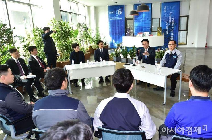 박남춘 인천시장이 청년고용 우수기업 ㈜리팩(서구 가좌동)을 방문해 청년 근로자들과 대화하고 있다. 2018.12.6 [사진=인천시]