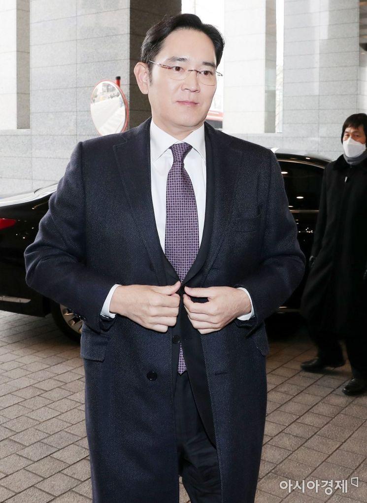 이재용 삼성전자 부회장이 15일 문재인 대통령 초청으로 열리는 '2019 기업인과의 대화'에 참석하기 위해 청와대로 향하는 버스가 있는 서울 중구 대한상공회의소로 들어서고 있다. /문호남 기자 munonam@