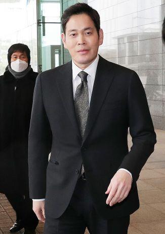 정용진 신세계그룹 부회장이 15일 문재인 대통령 초청으로 열리는 '2019 기업인과의 대화'에 참석하기 위해 청와대로 향하는 버스가 있는 서울 중구 대한상공회의소로 들어서고 있다. /문호남 기자 munonam@