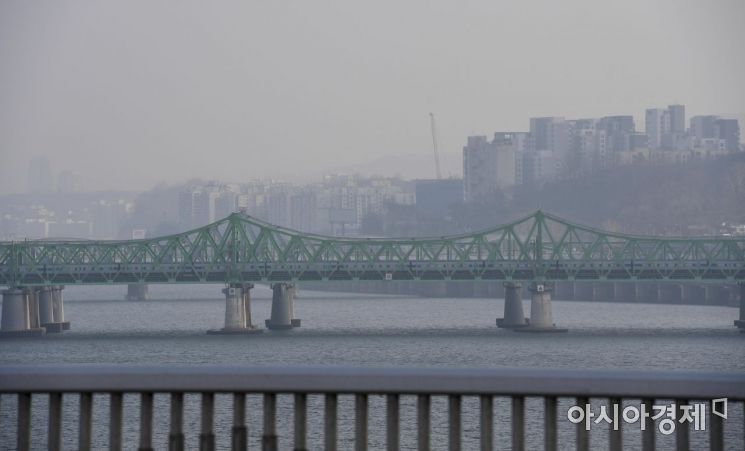 수도권 대부분 지역에 사흘째 미세먼지 비상 저감조치가 내려진 15일 서울 원효대교에서 바라본 도심이 미세먼지에 싸여 있다./강진형 기자aymsdream@