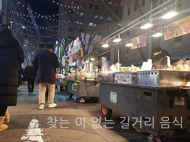 15일 저녁 서울 중구 명동의 거리 모습. 사상 최악의 미세먼지 속에 길거리 음식을 찾는 이들의 발길이 뚝 끊겼다.