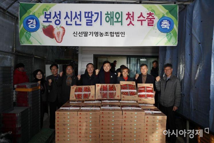 [포토] 김철우 보성군수, 설향 딸기 수출 상차식 참석