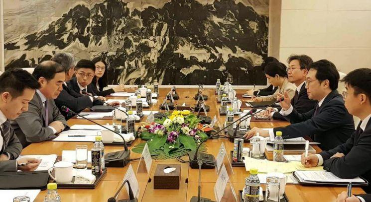 지난해 8월 6일 중국 베이징에서 한중 6자회담 수석대표인 이도훈 외교부 한반도평화교섭본부장과  쿵쉬안유(孔鉉佑) 중국 외교부 부부장 겸 한반도사무특별대표가 회담하고 있다. [이미지출처=연합뉴스]