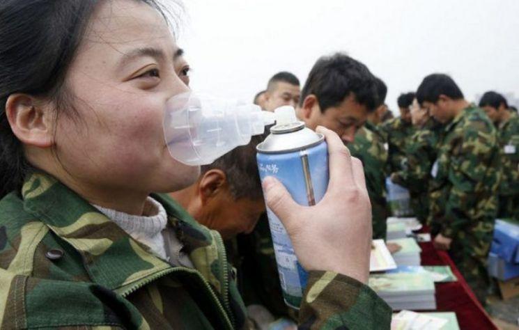 초미세먼지 농도가 높은 중국에서는 산소캔이 마스크 못지 않게 판매되며 큰 인기를 끌고있다. 중국의 산소 판매 시장 규모는 2018년 1.6억 달러(약 1796억 원)에 이를만큼 급성장했다. 사진 = nextshark