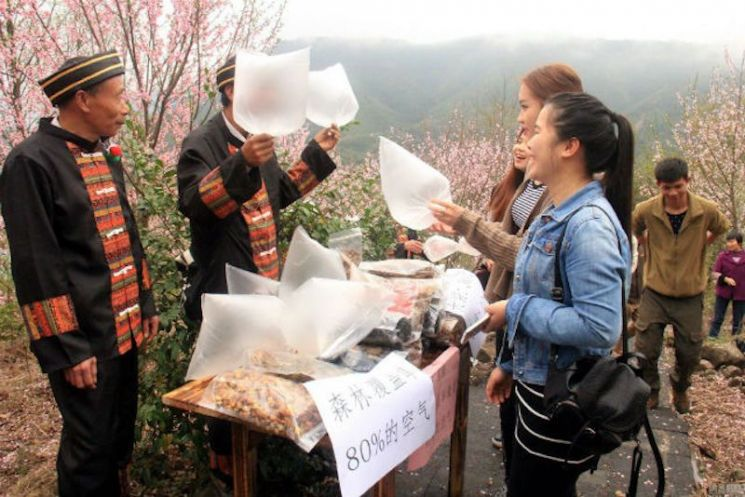 중국 광둥성 칭위안시 외곽의 산 중턱에서 맑은 공기를 투명 미닐 봉지에 담아 판매하는 모습이 인터넷에서 화제가 된 바 있다. 사진 = nextshark