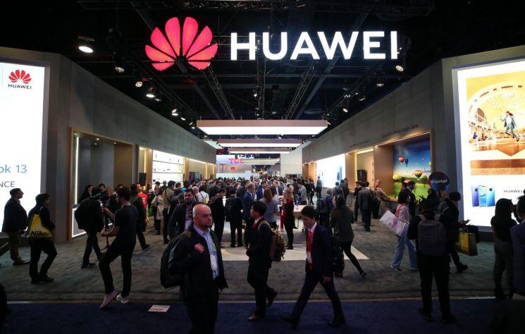 중국 최대 스마트폰 제조사인 화웨이사가 지난8일 라스베가스에서 개최된 CES에 설치한 전시관. 사진 출처=연합뉴스
