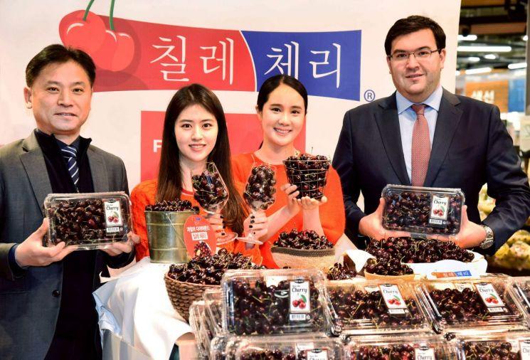 김동수 홈플러스 신선식품본부장(왼쪽)이 파트리시오 임버트 주한칠레대사관(오른쪽)과 함께 17일 서울 등촌동 홈플러스 강서점에서 칠레산 체리를 선보이고 있다.