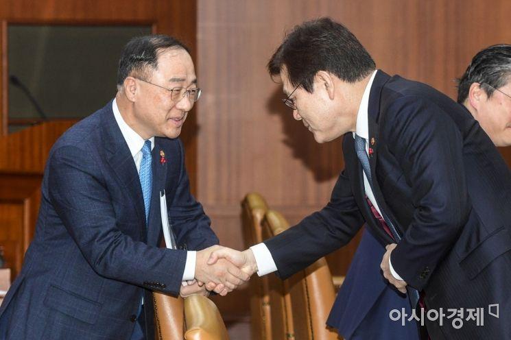 [포토]최종구 위원장과 악수하는 홍남기 부총리