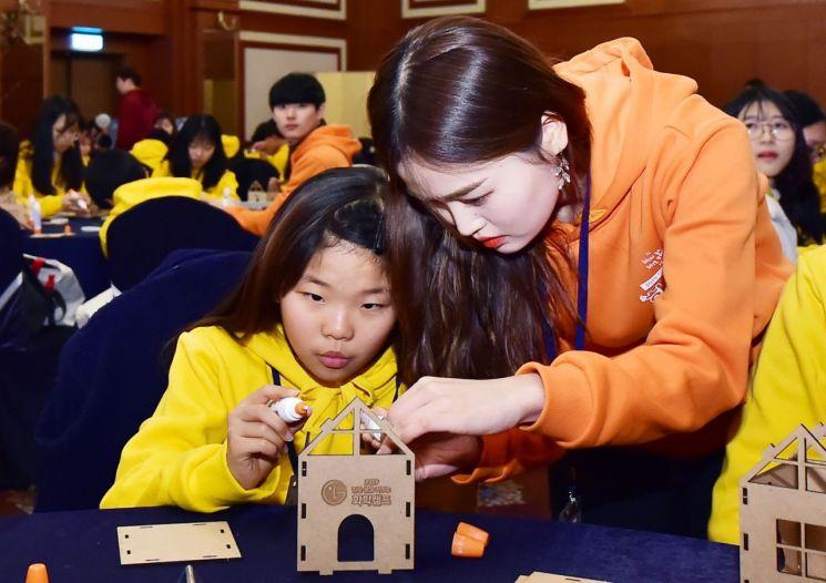 LG화학이 서울, 여수, 대전 등 주요사업장 인근 400여명의 중학생들을 초청해 '젊은 꿈을 키우는 화학캠프'를 개최한다. 올해 화학캠프에 참가한 학생들이 태양광 충전 램프를 만들고 있다.