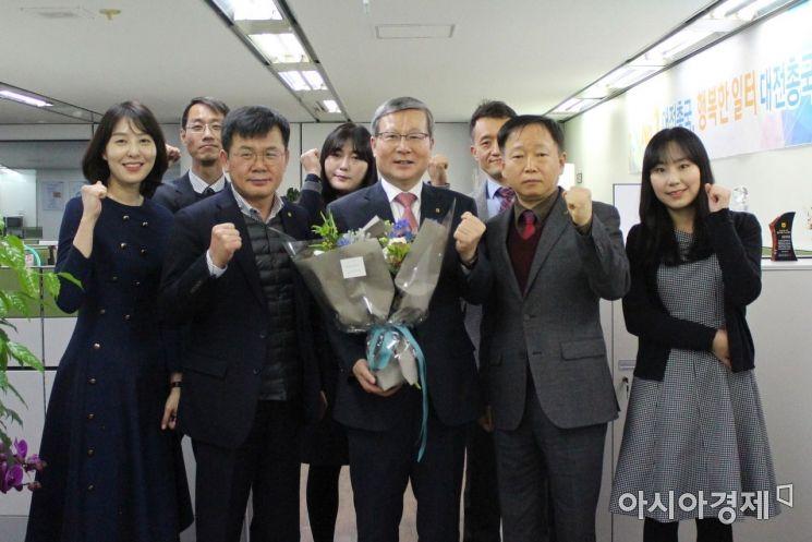 오병관 NH농협손해보험 대표(사진 가운데)는 16일 대전 중구 지역총국을 찾아 임직원들과 현장 간담회를 실시했다.