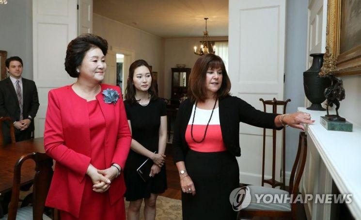카렌 펜스 미국 부통령 부인(오른쪽)과 김정숙 여사.자료사진. 출처=연합뉴스.