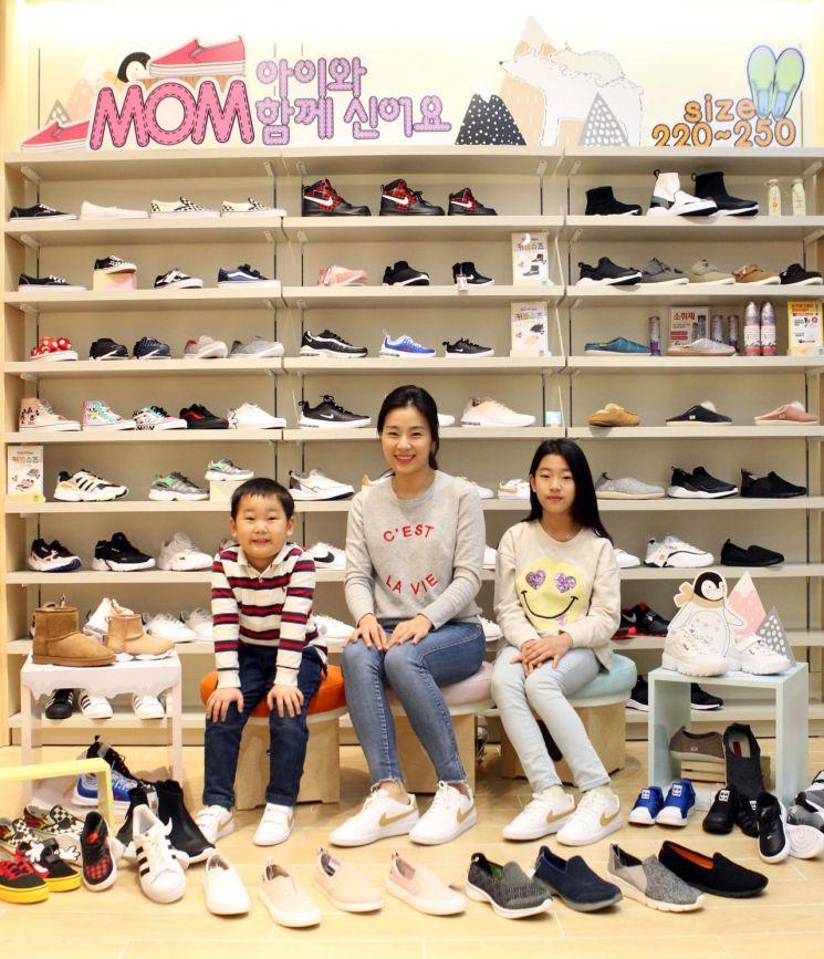 17일 오전 롯데월드몰 'ABC 키즈마트'에서 엄마와 아이들이 커플 신발을 신어보고 있다.
