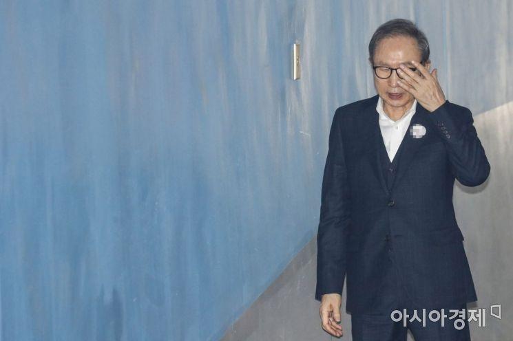 다스 자금을 횡령한 혐의를 받고 있는 이명박 전 대통령이 18일 서울 서초구 서울고등법원에서 열린 항소심 속행공판에 출석 하기 위해 법정으로 이동하고 있다./강진형 기자aymsdream@