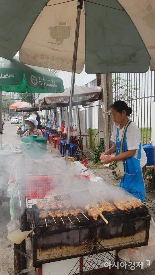 방콕 부시장이 미세먼지 주요원인 중 하나로 지적해 시민들에게 빈축을 샀던 방콕 시내 숯불구이 노점상 모습.  방콕(태국)=전창관 아시아경제 객원기자