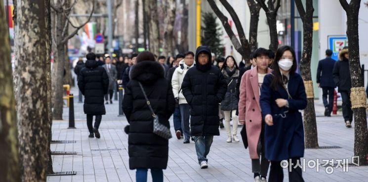 서울 아침 최저기온이 영하6도, 체감온도는 영하9도까지 떨어진 21일 서울 강남구 테헤란로에서 직장인들이 출근길에 오르고 있다./강진형 기자aymsdream@