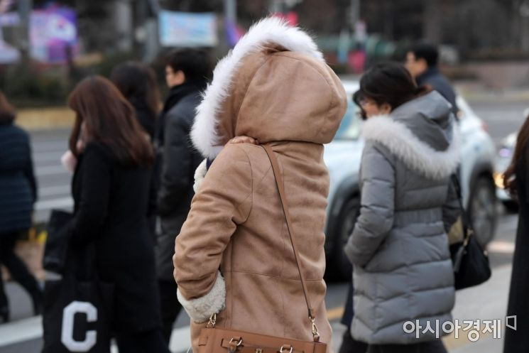반짝 추위가 찾아온 21일 서울 광화문 사거리에서 두꺼운 옷차림의 시민들이 출근길 발걸음을 재촉하고 있다. /문호남 기자 munonam@